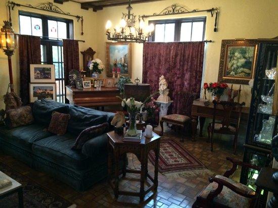 The Villa Inn Bed and Breakfast: Villa living room