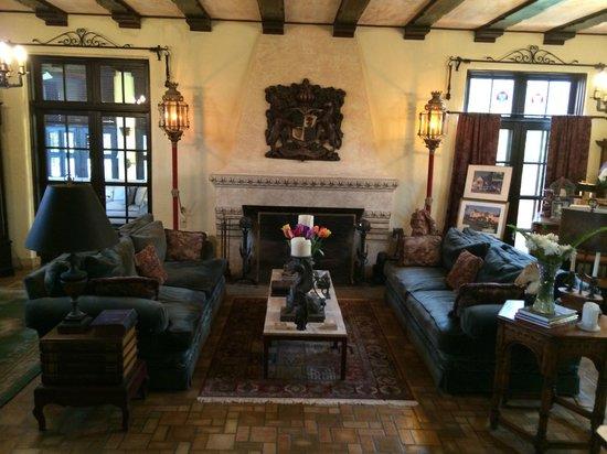 The Villa Inn Bed and Breakfast: Living room