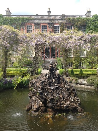 Bantry House & Garden : The fountain and glorious wisteria