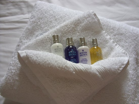 Bedford Lodge Hotel: Molton and Brown toiletries
