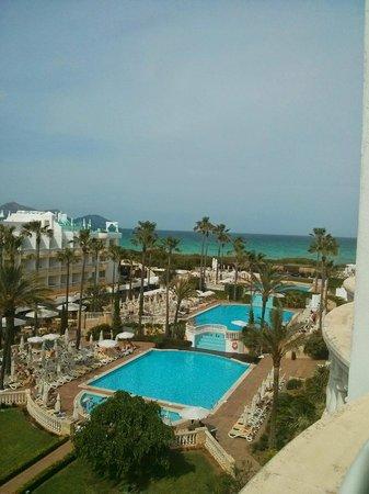 Iberostar Albufera Playa: Blick vom Hotelzimmer auf Pool und Strand