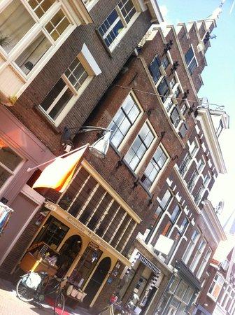 Hotel Hanzestadslogement De Leeuw: The hotel from the street