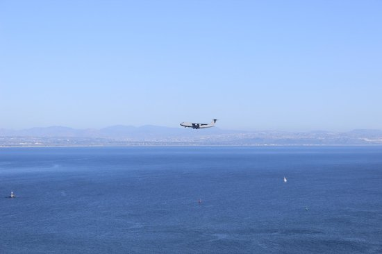 Cabrillo National Monument: Boeing C-17 Globemaster III (I guess) is landing at San Diego air force base