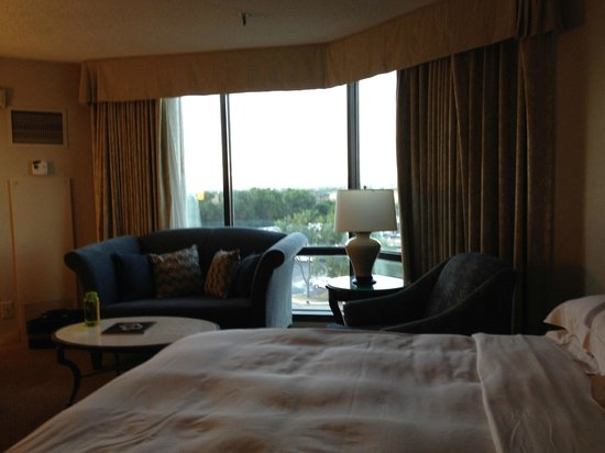 Hilton Anatole: Room is of good size with view to the river
