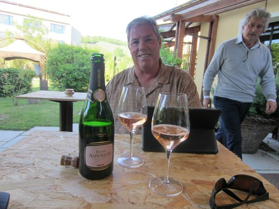 Hotel Langhe: Bubbles on the patio
