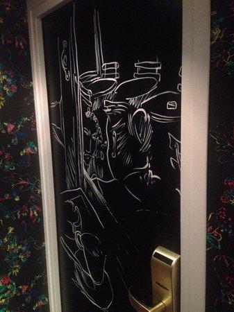 Hotel Crayon by Elegancia : Room door decoration