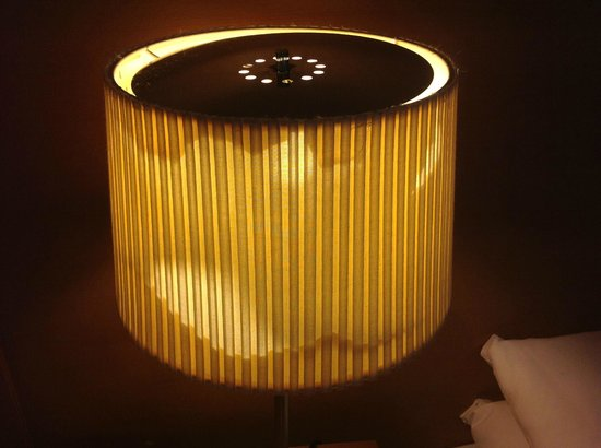 Hotel Isaacs Cork : Tatty lampshade