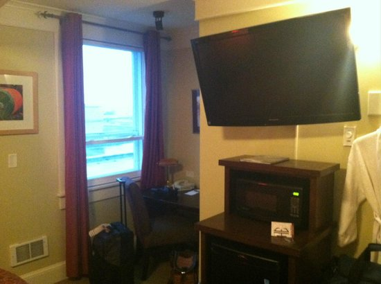 Hotel Elliott: TV and desk-nook.