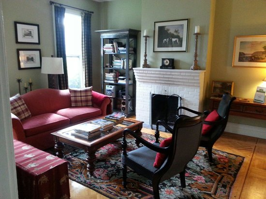 The Country Squire B&B: Sitting room fireplace view