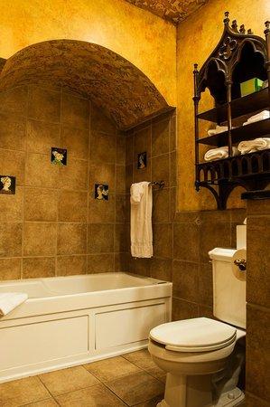 Landoll's Mohican Castle: Jacuzzi tub