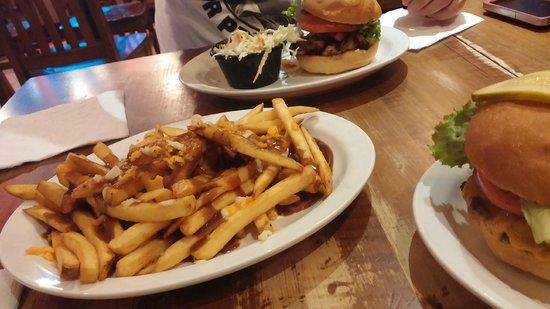 Butcher's Block BBQ : poutine, chicken burger and coleslaw