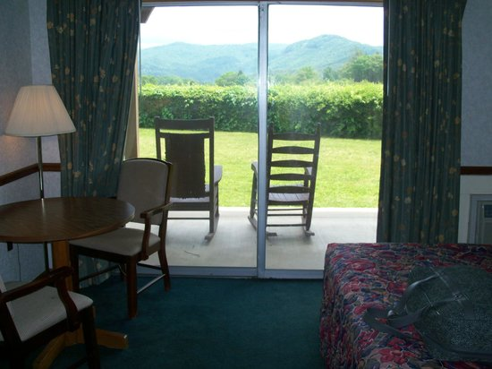 Knights Inn Dillard: The sliding glass doors and sitting table
