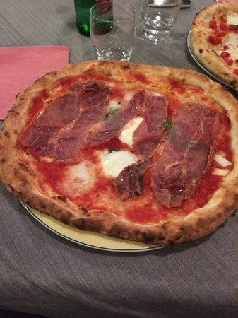 Ristorante Pizzeria Martinarosa : Pizza Margherita con mozzarella di bufala e prosciutto crudo in entrata (cotto)