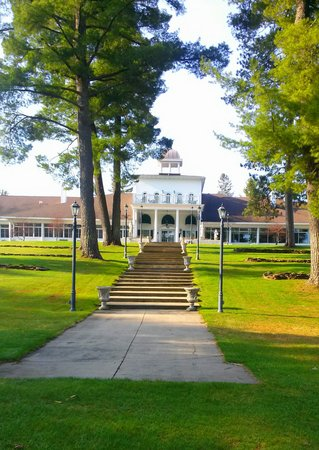 The Four Seasons Island Resort: Beautiful grounds.