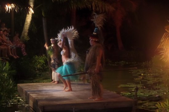 Over-Water Night Show & Dinner : Fire dance