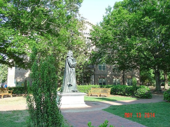 The College of William and Mary : Founder Statue