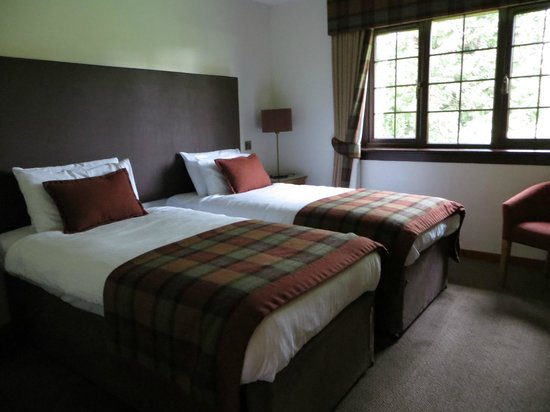 Macdonald Forest Hills Hotel & Resort: Twin room.