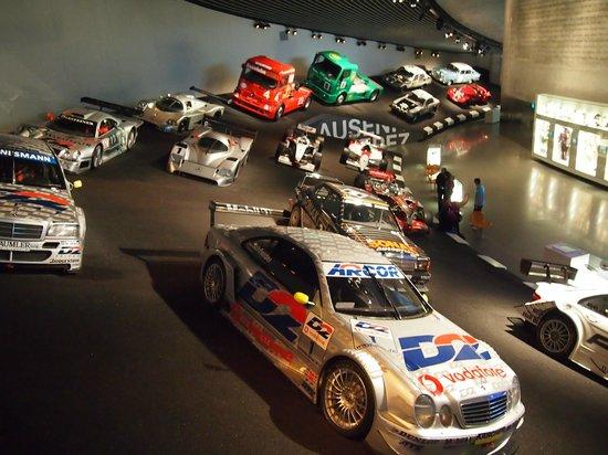 Interior picture of mercedes benz museum stuttgart for Interio stuttgart
