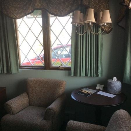 Plaza Motor Motel: two comfy chairs match the decor