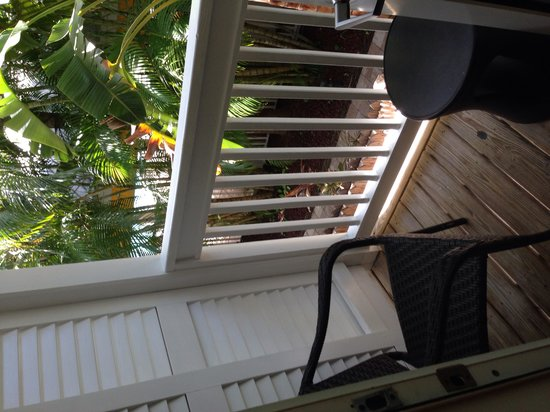 The Inn at Key West : Nice balcony, but can't see anything through palm trees