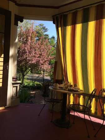 Rivertown Inn: Breakfast on the porch with curtains to mitigate the sun
