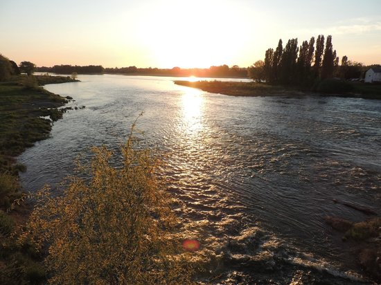 Chateau d'Amboise: Sunset over the Loire, beautiful!