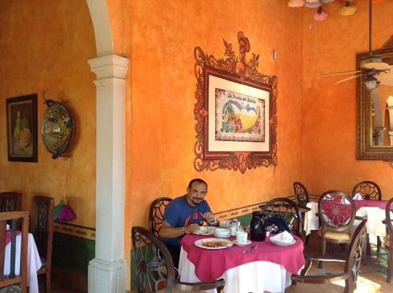 Hotel Posada del Hidalgo: Desayunando.
