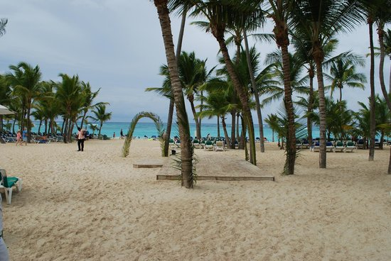 Hotel Riu Palace Punta Cana: Beach entrance, where they have dance lessons and parties.