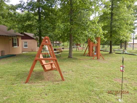 Clearwater Lake Resort : Out Door Swings to relax and watch kids play