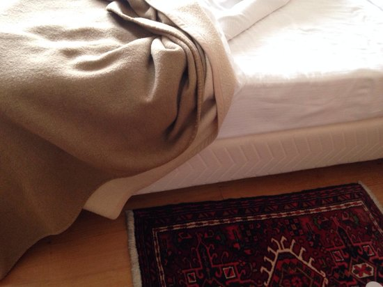 Hotel Europa: Letto senza copriletto e fascia