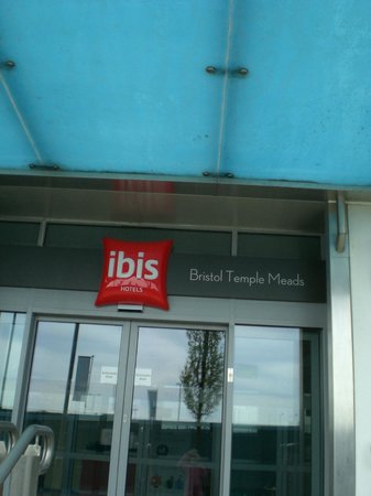 Ibis Bristol Temple Meads Quay: Entrance to the Hotel