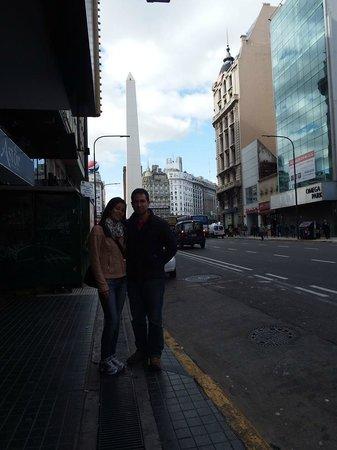 Hotel Ibis Buenos Aires Obelisco: Na avenida do hotel!