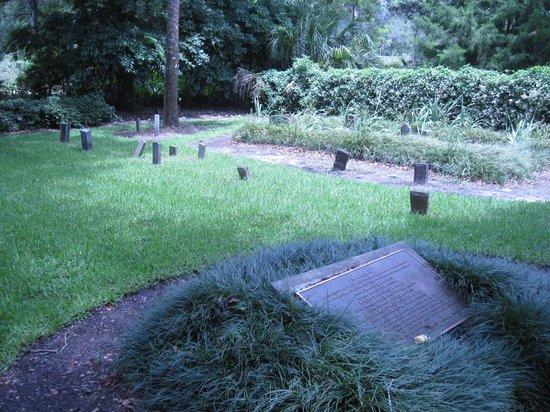 Harry P. Leu Gardens: Mizell Cemetery