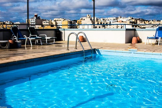 Primera Hotel: Rooftop pool. Clean and bright.