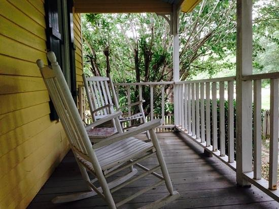 Maison D'Memoire Bed & Breakfast Cottages : Cottage Porch