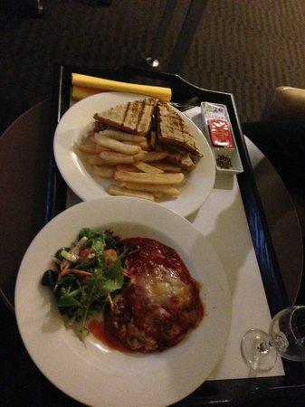 Novotel Melbourne St Kilda : Room service meals. Club sandwich and Lasagne