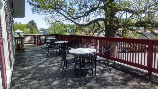 The Cottage Cafe: Dine on the upstairs deck