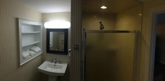 Hyannis Harbor Hotel: Bathroom
