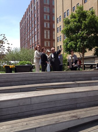 Custom & Private New York Tours Inc: Cliff indicates points of interest to our group while on the High Line