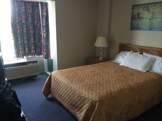 Victoria Motor Inn at the Falls and Casino : Queen bed, it's comfy and room is odor free. Room 3c.