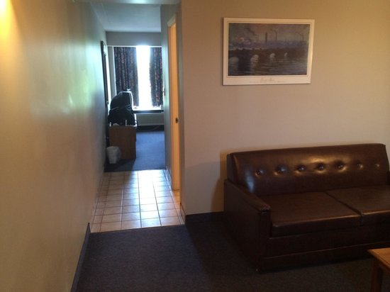 Victoria Motor Inn at the Falls and Casino: Hallway leading to bathroom (in the middle) and to the bedroom.