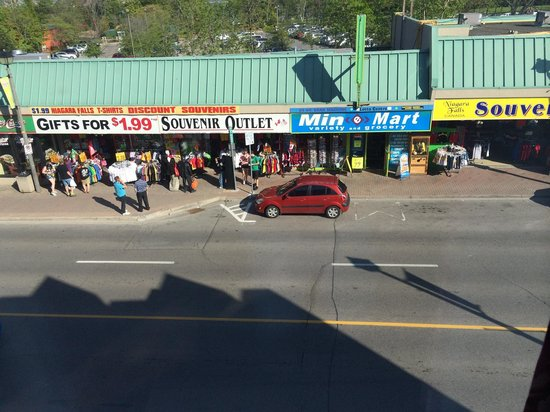 Victoria Motor Inn at the Falls and Casino: Street view from our 3rd floor room. (3c).