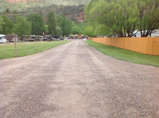 Alpen Rose RV Park: on the way in. plenty of room for big rigs.