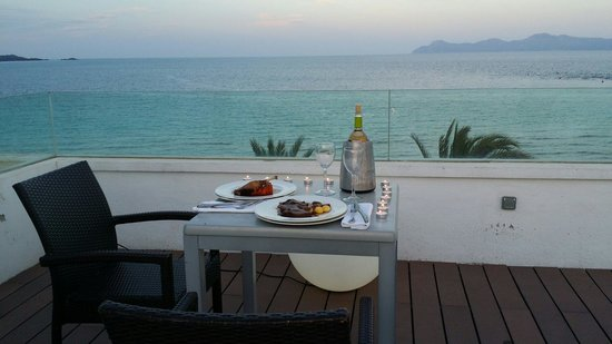 Hotel Condesa de la Bahia: It's worth to pay extra for having this privacy and beautiful dinner up in the terrace. Mr Pedro