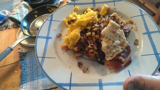 Tierra Linda Bed and Breakfast: Puppy Breakfast