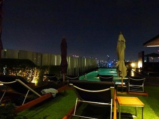 Mercure Bangkok Siam: 夜のプール