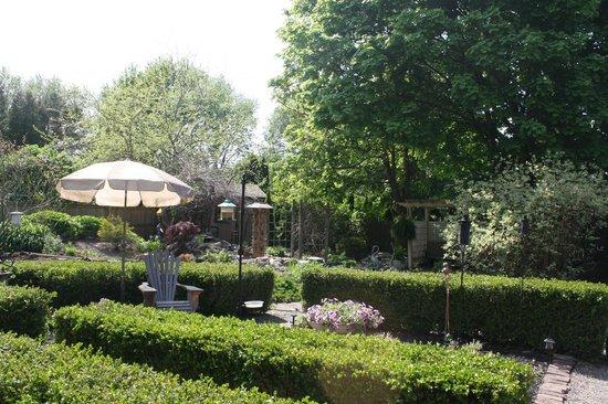 Schoolmaster's House Bed and Breakfast: Beautiful perennial garden