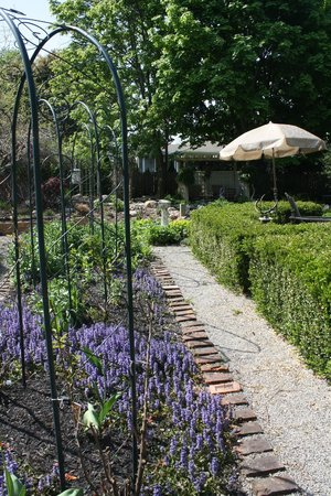 Schoolmaster's House Bed and Breakfast: Relax in our perennial garden with three gazebos
