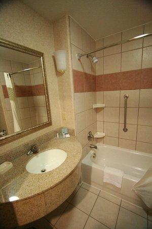Hampton Inn & Suites Ontario: バスルームも綺麗で広くてゴージャス