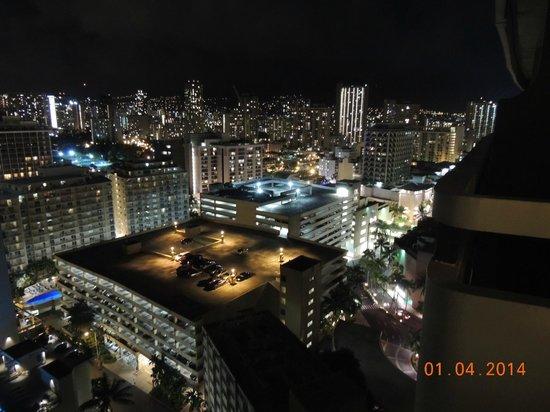 Sheraton Waikiki: Vista noturna através da sacada do quarto